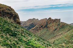 Las montañas escénicas de Los Gigantes se extienden, Tenerife Imagen de archivo libre de regalías
