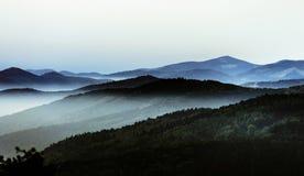 Las montañas hermosas ajardinan desde arriba de la colina con niebla Fotos de archivo