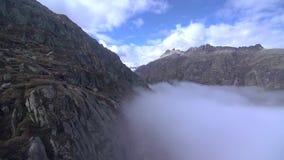 Las montañas hermosas del paisaje de la opinión aérea de la naturaleza de las montañas oscilan almacen de metraje de vídeo