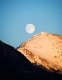 Las montañas, la luna, el cielo azul Fotografía de archivo libre de regalías