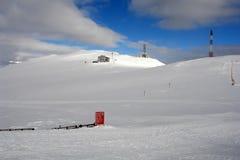 Las montañas, la nieve y las nubes. Foto de archivo