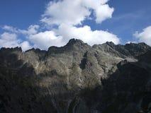 Las montañas, los tops, el blanco se nublan fotografía de archivo