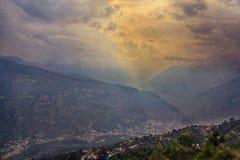 Las montañas majestuosas ajardinan debajo del cielo de la mañana con las nubes imagen de archivo libre de regalías