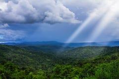Las montañas majestuosas ajardinan debajo del cielo de la mañana con las nubes encima Fotografía de archivo