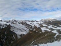 Las montañas Mujer que mira las montañas nevadas Fotos de archivo