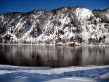 Las montañas nevadas reflejaron en el Yenisei R Imagen de archivo
