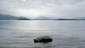 Las montañas rápidas grises de Lomond Escocia de las nubes del lago del agua atmosférica cambiante del lago ajardinan el lapso de almacen de video