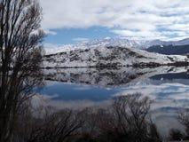 Las montañas reflejaron en el lago en Nueva Zelandia fotos de archivo libres de regalías