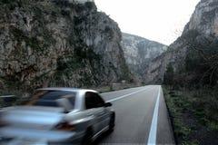 Las montañas rocosas sombrean la conducción de automóviles gris borrosa imágenes de archivo libres de regalías
