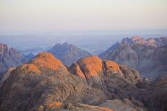 Las montañas rojas de Egipto en la salida del sol Foto de archivo libre de regalías