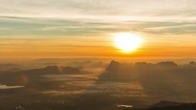 Las montañas son cubiertas por la niebla de la mañana