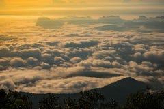 Las montañas son cubiertas por la niebla y la salida del sol de la mañana Fotografía de archivo