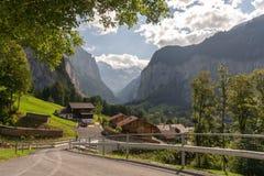 Las montañas suizas lauterbrunnen la carretera nacional del pueblo imagen de archivo