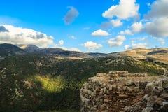 Las montañas superiores de Galilea ajardinan piedras, rocas y ruinas de la fortaleza antigua, opinión del norte de Israel Foto de archivo