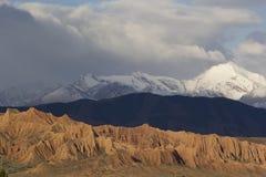 Las montañas tricoloras acercan al lago Issyk-Kul, Kirguistán fotografía de archivo
