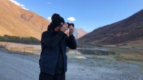 Las montañas turísticas del tiroteo del hombre ajardinan en su cámara almacen de video