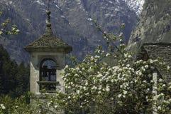 Las montañas ven a través de un campanario Imagen de archivo