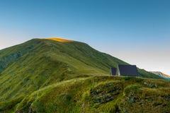 Las montañas verdes de la reserva de naturaleza caucásica en el amanecer Imágenes de archivo libres de regalías