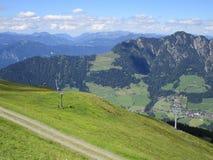 Las montañas - vista de campos y de picos de montaña en Austria Foto de archivo libre de regalías