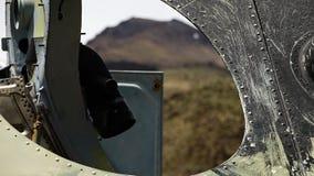 Las montañas vistas a través un agujero del tanque almacen de video