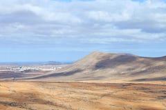 Las montañas volcánicas ajardinan en valle hacia el mar Imagen de archivo