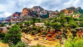 Las montañas y el barranco coloridos de la piedra arenisca tallados por Oak Creek en el parque de estado famoso de la roca de la  fotos de archivo libres de regalías