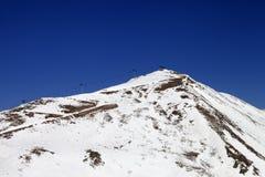 Las montañas y el esquí del invierno se inclinan en poco año de la nieve Fotografía de archivo
