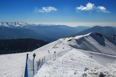 Las montañas y el esquí siguen Tritón en Rosa Khutor Fotos de archivo