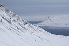 Las montañas y la bahía cerca de Longyearbyen, Spitsbergen (Svalbard) Imagen de archivo libre de regalías