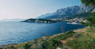Las montañas y la línea de la playa hermosas de Makarska, Croacia foto de archivo libre de regalías