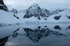 Las montañas y los glaciares de la Antártida reflejan en bahía azul del espejo en el día nublado 3 foto de archivo