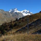 Las montañas y los polos de poder del Gornergrat entrenan Imágenes de archivo libres de regalías