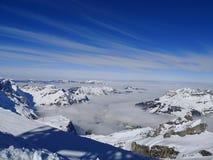 Las montañas y las nubes de la nieve en el centro Imagen de archivo libre de regalías