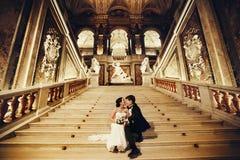 Las mordeduras de la novia preparan la nariz del ` s que se sienta en las escaleras de mármol en imágenes de archivo libres de regalías