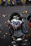 Las motos se colocan en fila La naturaleza del otoño se refleja en espejos fotos de archivo libres de regalías