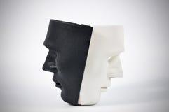 Las máscaras blancos y negros les gusta la conducta humana, concepto Foto de archivo