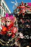 Las máscaras venecianas en la calle hacen compras en Venecia, Italia Foto de archivo libre de regalías