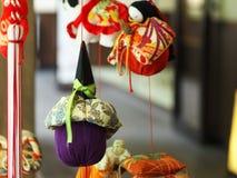 Las muñecas atadas con alambre para el día de las muchachas Imagen de archivo