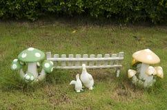 Las muñecas de la arcilla duck y proliferan rápidamente decoración en jardín Fotos de archivo libres de regalías