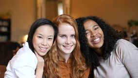 Las muchachas étnicas multi felices abrazan en café almacen de video