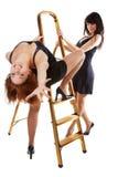 Las muchachas acercan al step-ladder imagen de archivo libre de regalías