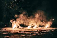 Las muchachas activas realizan los trucos para la demostración del fuego en la noche Foto de archivo libre de regalías