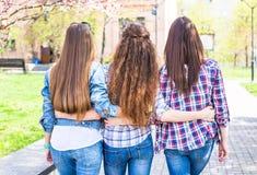 Las muchachas adolescentes disfrutan de amistad Adolescentes felices jovenes que se divierten en parque del verano Fotos de archivo