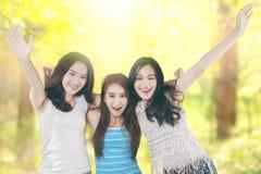 Las muchachas alegres disfrutan de vacaciones de verano en naturaleza Fotografía de archivo