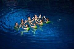 Las muchachas aplauden sus manos en piscina Imágenes de archivo libres de regalías