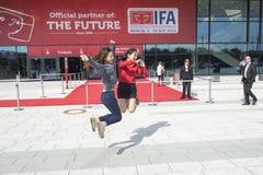 Las muchachas asiáticas gozan de IFA Berlin Imagen de archivo libre de regalías