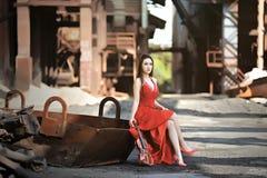 Las muchachas asiáticas muestran su belleza en fábricas abandonadas fotografía de archivo