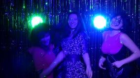 Las muchachas bailan vigoroso contra la perspectiva de la malla metrajes