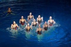 Las muchachas bajo la forma de Rhombus en piscina Foto de archivo libre de regalías