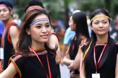 Las muchachas bastante vietnamitas realizan danza popular Fotos de archivo libres de regalías